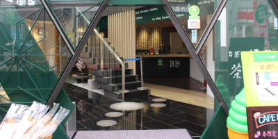 佐藤歯科クリニック正面入り口とお茶の堀野園様の横の階段